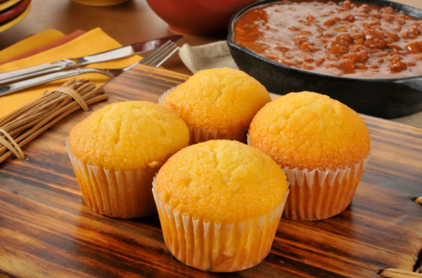 cornbread-muffins-with-chilli-600x396